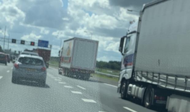 Vrachtwagens negeren massaal rood X op A9.