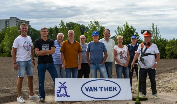 Drie dagen in de week staan vrijwilligers klaar om het complex er pico bello uit te laten zien. In het midden Jan Stekelburg (met pet) en Fred Rijswijk. Foto is voor het Coronatijdperk gemaakt.