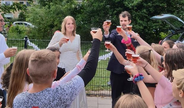 Tot haar grote verrassing trouwde juf Donna donderdag op school.