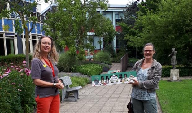 Yvette Oomen (l), coördinator vrijwilligers van Hospice Dignitas met Carolien van Vliet van Incotec.