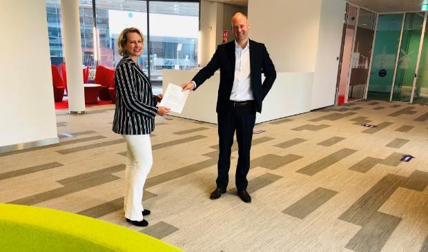 Liane de Ruijter en Eric Zwart na ondertekening van het sponsorcontract.