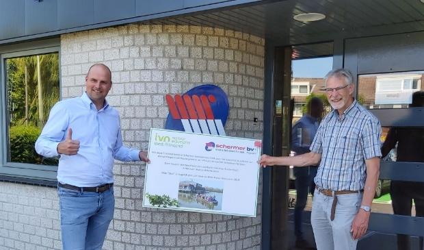 Barend Schermer krijgt voucher voor vaartocht overhandigd door Geert Veldhuis van IVN West-Friesland.