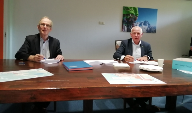 Wethouder Erik Heinrich en Ad de Boer (Boskalis) tekenen de overeenkomst.