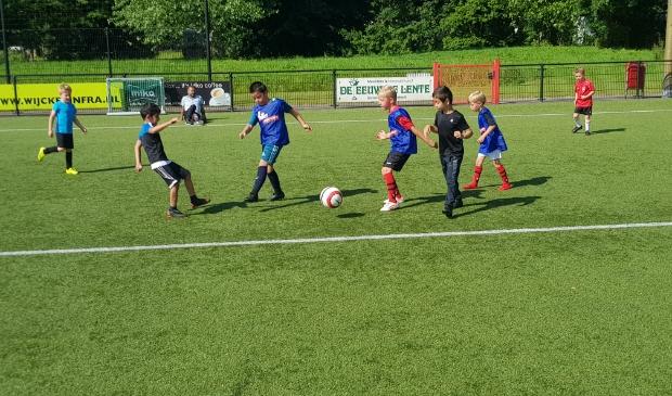 De jeugd van De Kennemers in training.
