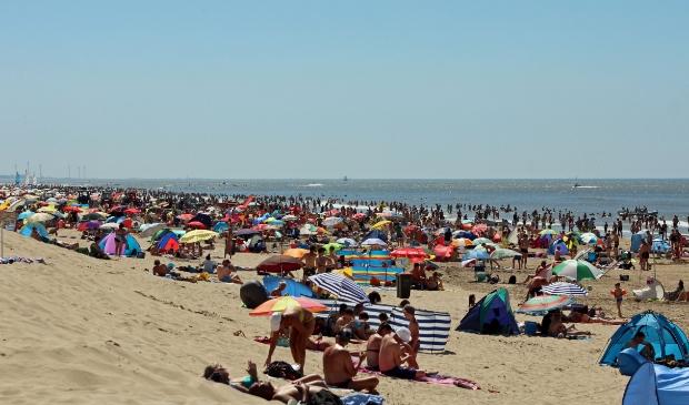 <p>Sjef Kennishaas maakte deze foto&#39;s van een propvol strand.</p>