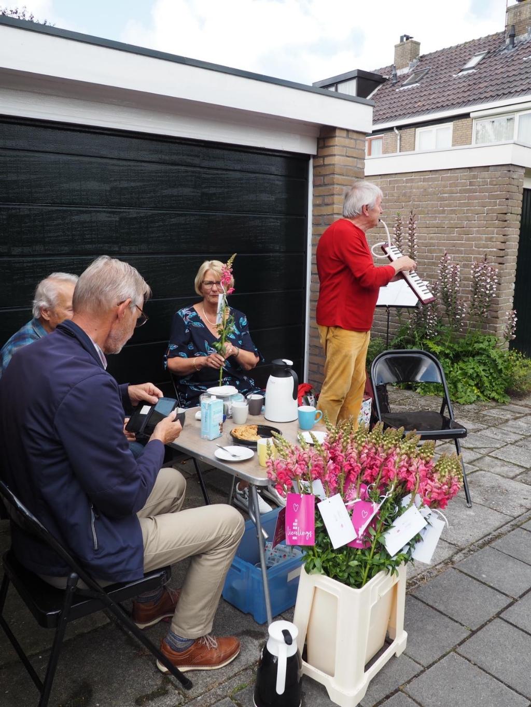 Gezellig zitje en optreden voor Willem Veldt en zijn broer Hans en schoonzus Cock Veldt. Foto: aangeleverd © rodi