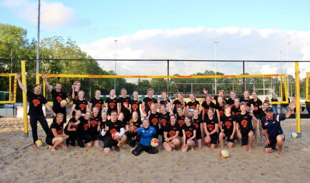 Groepsfoto clinic TeamNL Beach Tour bij Reflection in Hoogwoud.