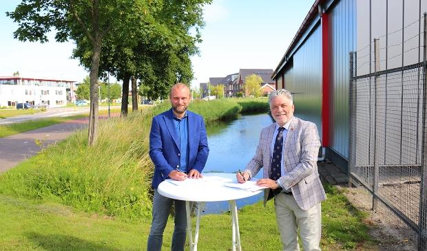Bernlef de Vries, directeur ontwikkeling Vink bouw (l) en wethouder Ad Jongenelen (r) van de gemeente Langedijk.