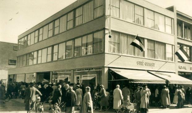 Opening damesmodezaak Gré Quast in 1957. Dertien jaar later, in juli 1970, verdween het uit de binnenstad.