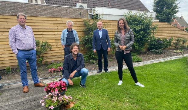 Dorpsraad Ilpendam. v.l.n.r.: Wolter van der Vliet, Melvin van den Broekaart (zittend),Jan Meijer, burgemeester en Josine van den Berg.
