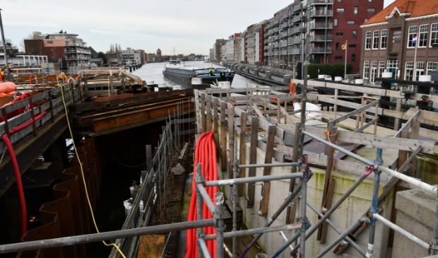 Kunnen schippers nu veilig door de Zaanse sluis? Of moeten de bouwstellingen terugkomen...?