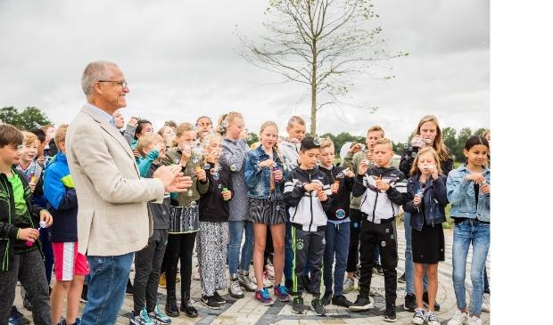 Terwijl wethouder Dijkman de aanwezigen toesprak, bliezen de kinderen prachtige bellen om de openstelling van het park officieel te vieren.