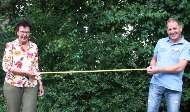 Tineke Bakker en Hans van Dijk houden tijdens de bijeenkomsten de 1,5 meter afstand.