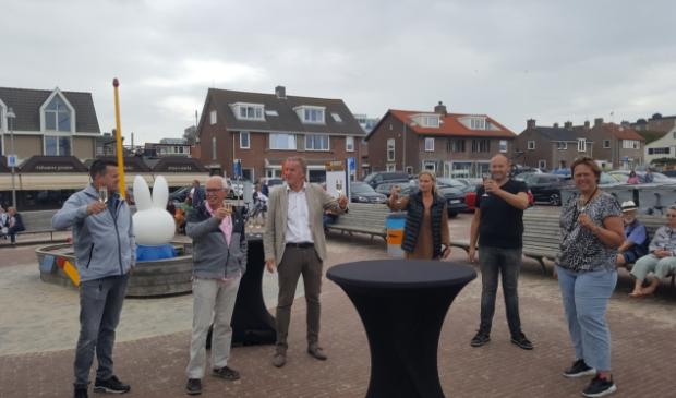 Rechts naast wethouder Bekkering Egmonders Jan Vallentgoed en Sandy Dekker