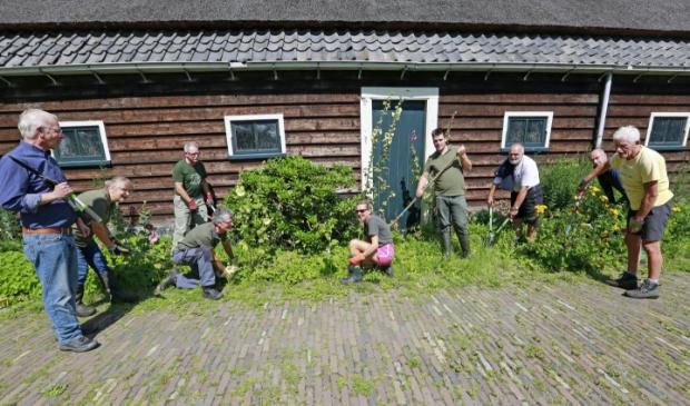 De Hoeders van Landgoed Nijenburg (met tuinbaas Sjaak Bolten als vierde van links) aan de slag rondom het landgoed. Er is veel achterstallig onderhoud te doen. Foto: Theo Annes © rodi