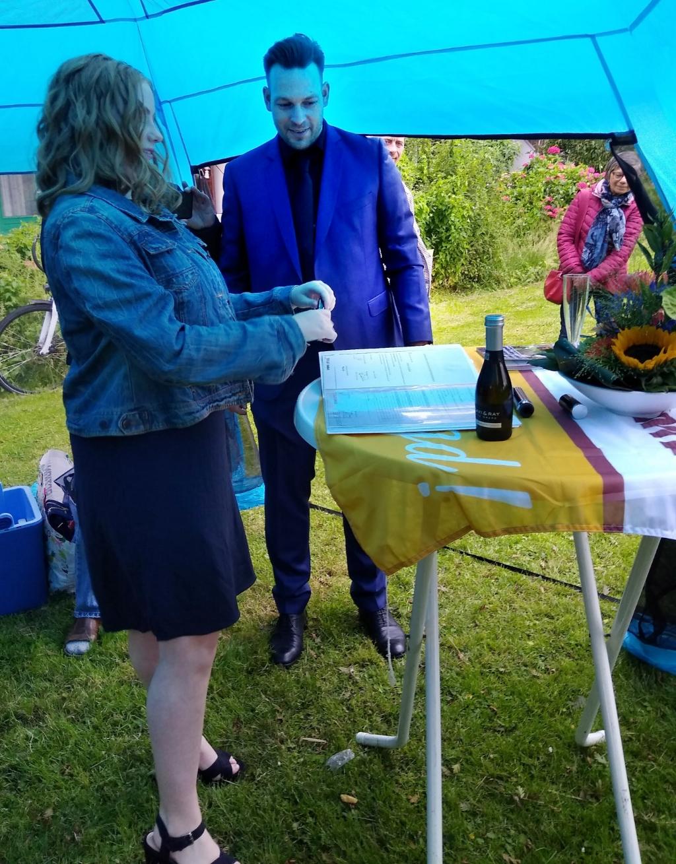 Op veilige afstand krijgt Amber van mentor Frank Eijben haar diploma overhandigd. (Foto: aangeleverd) © rodi
