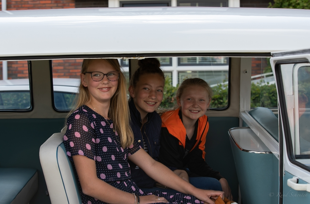 Roza, Gwen en Maud vieren afscheid van hun basisschool op grootse wijze dankzij opa.