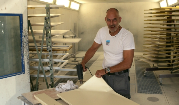 "Wim ten Oever: ""Wij halen de oude folie eraf en spuiten de keukenfrontjes in onze eigen professionele spuiterij."""