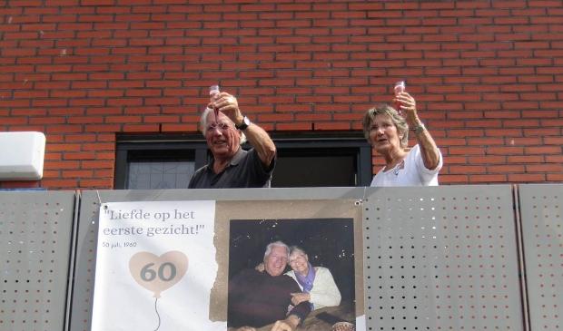 <p>Blij verraste Frits en Hennie proosten op hun jubileum.</p>