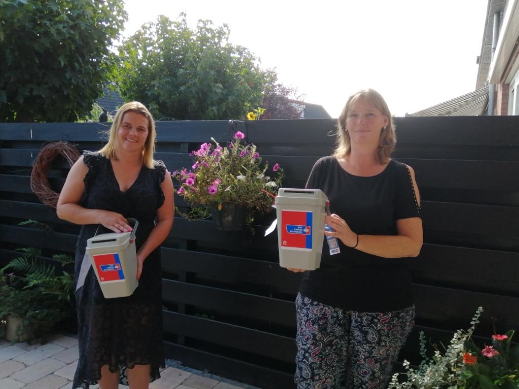 Fleur (links) hoopt dit jaar op extra donaties voor het fonds. Rechts Astrid Mulder, coördinator van de Landsmeerse KWF-afdeling.  (Foto: Rodi Media/MvS) © rodi