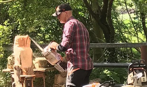 <p>Houtkunstenaar Durk Schilstra maakt beelden uit houten stammen.</p>