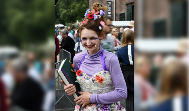 <p>De Hembrughappening, mooi voorbeeld van vernieuwende cultuur in Zaandam. Waarbij luistervink Lizelore (foto) verhalen vertelde waar je soms een beetje stil van werd.</p>