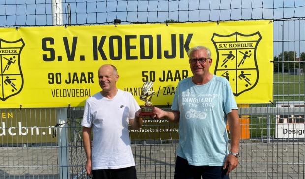 <p>Keepertrainers Cor en Henk zijn klaar voor een nieuw voetbalseizoen. (Foto: aangeleverd)</p>