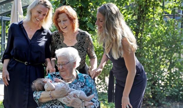 <p>De vijf generaties dames uit het gezin Van de Vooren.</p>