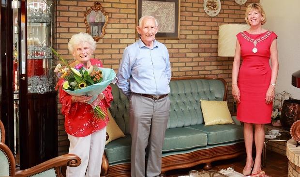 Loco-burgemeester Monique Stam feliciteert het jubilerende bruidspaar op gepaste afstand.