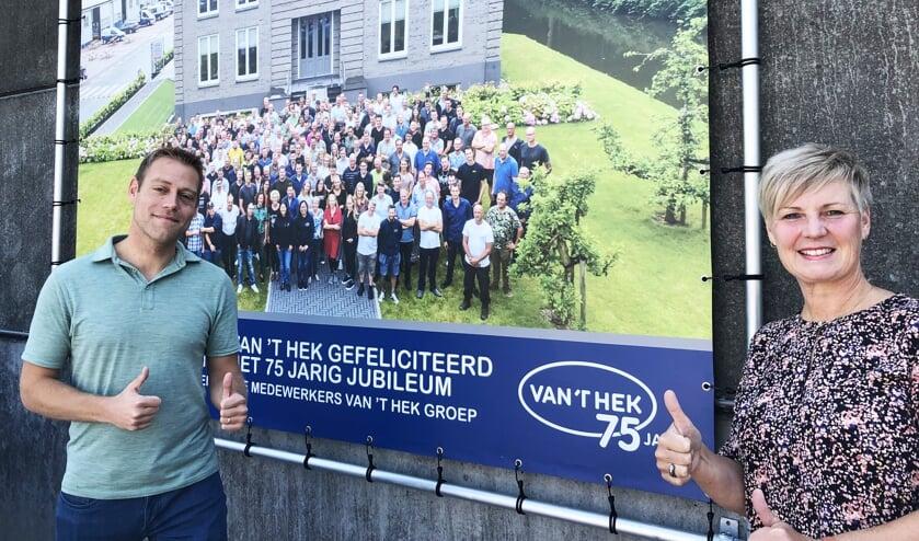 <p>Ted van &#39;t Hek en Agnes Bak; duimen omhoog voor het personeel van Van &#39;t Hek..</p>