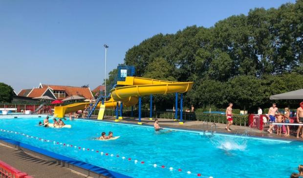 <p>Tijdens de hittegolf mogen ouders van kinderen t/m 17 jaar die &#39;s middags vrijzwemmen even een verfrissende duik nemen in een speciaal daarvoor afgelijnde baan. (Foto: aangeleverd)</p>