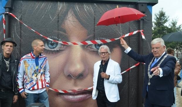 Burgemeester Jan van Zanen, Henk Augustijn, zanger Rudy Bennett en kunstenaar Roelof Schierbeek onthullen het fraaie portret van Mariska Veres