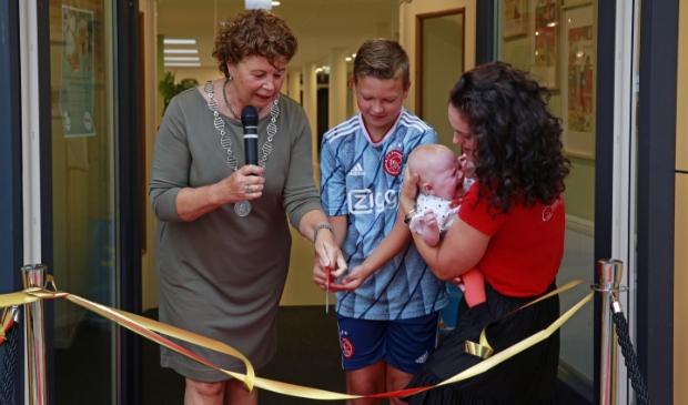 <p>Samen met burgemeester Leontien Kompier knipten de oudste telg van het IKC, Sil Molenaar en de jongste, Sanne Groen van 4 maanden oud, het lintje door.</p>