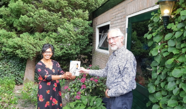 <p>Rina overhandigt een exemplaar van haar boek aan professor Ren&eacute; Hoksbergen.</p>