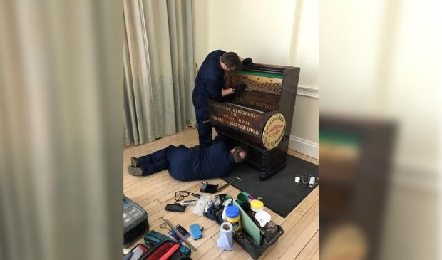 <p>Vader Richard en zoon Thomas Dean ontdekten al snel wat er aan het barrel-organ mankeerde. (Foto: Chris Davies, Bath-Alkmaar Twinning Association)</p>