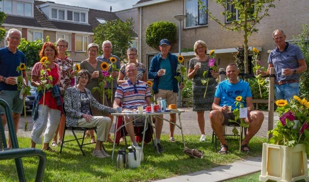 <p>Nico en Willly lute (achter het tuinsetje) en hun familieleden worden verrast met bloemen en muziek.</p>