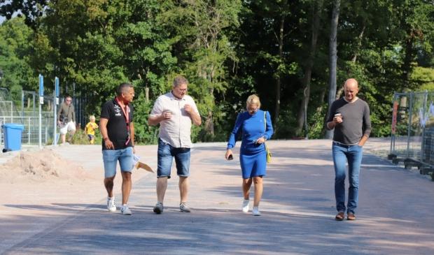 <p>V.l.n.r.: Guus Montenegro (coach/ambassadeur Medellin), WillemJan Kluft (voorzitter Always Forward), Kholoud al Mobayed (wethouder gemeente Hoorn) en Ronald Boon (groepsleider Always Forward). (Foto: Patricia Wolfrat)</p>