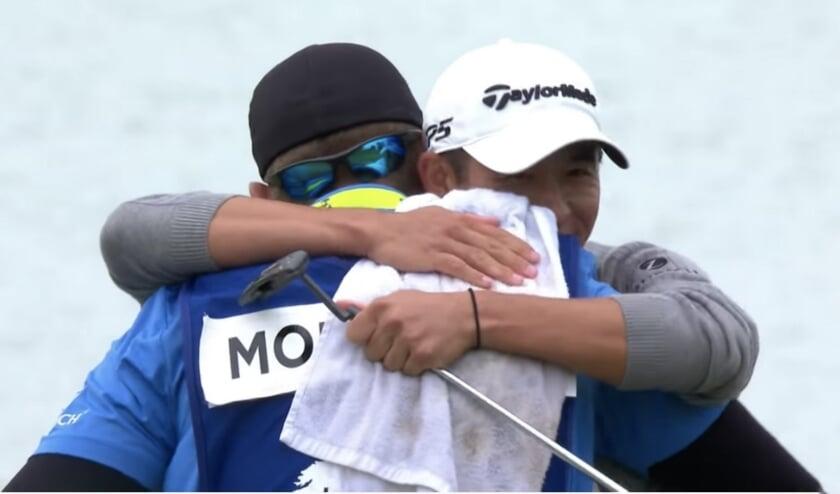 <p>Collin Morikawa bejubelt met zijn caddie zijn overwinning in het PGA Championship.</p>