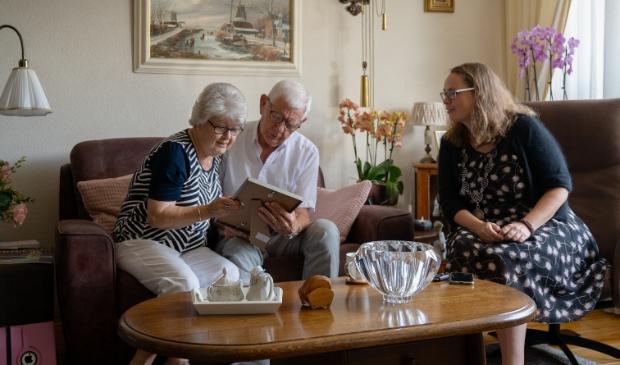 <p>Naast de originele trouwakte die burgemeester Judith Michel uitreikt kreeg het echtpaar een brief met felicitaties van de koning en koningin. </p>