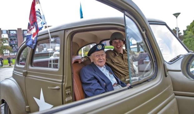 Militair eerbetoon en een rondrit door Enkhuizen voor veteraan en honderdjarige Klaas Appel.