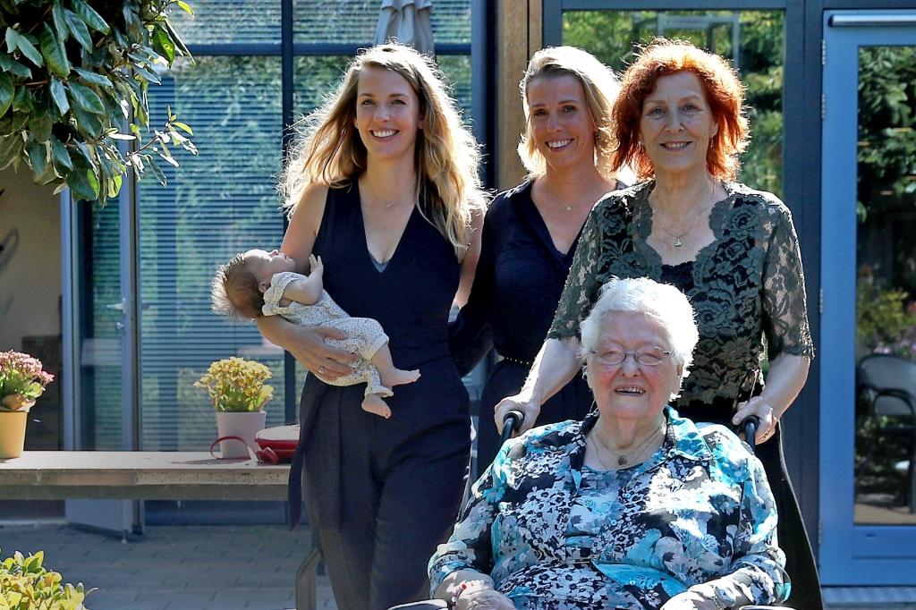 <p>De vijf generaties dames uit het gezin van de Vooren.</p> (Foto: vincentdevriesfoto.nl) © rodi