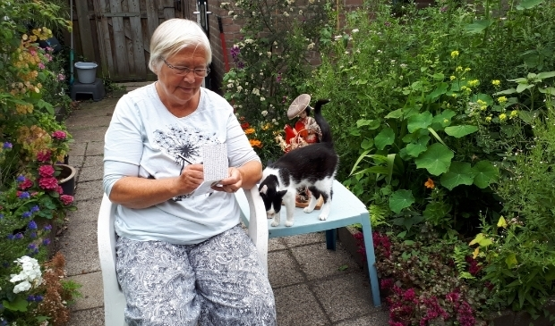 Marian de Wit heeft meestal een pen en blocnote bij de hand. De huispoes zorgt nog wel eens voor inspiratie.