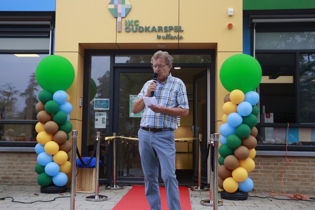 Dorpsdichter Ben Wansink schreef een speciaal gedicht voor het IKC. (Foto: Theo Annes) © rodi