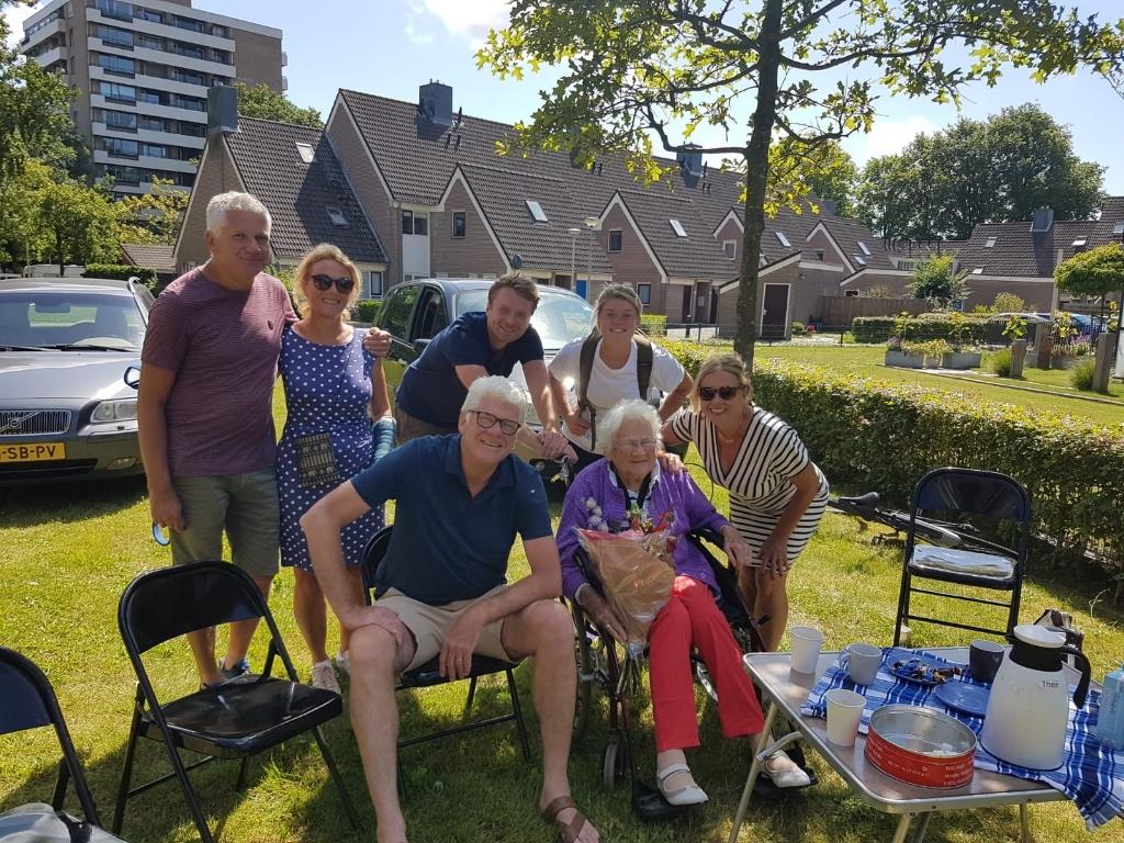 <p>Mevrouw Luijcks met haar zonen, schoondochters en kleinkinderen.</p> <p>Foto: CEK2</p> © rodi