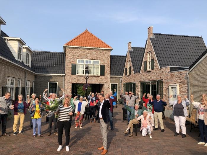 Het Polder Hofje met haar bewoners, initiatiefneemster Jennifer Hofmeijer en delegatie van GezondNU