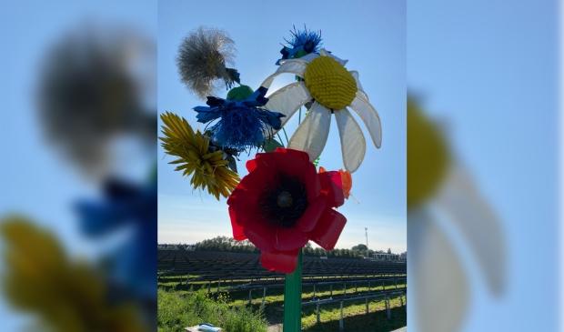 <p>Kunstenaars Jos&eacute; Conijn en Elise Elzenga hebben een kunstwerk gemaakt van afvalmaterialen van een zonnepanelenpark.</p>