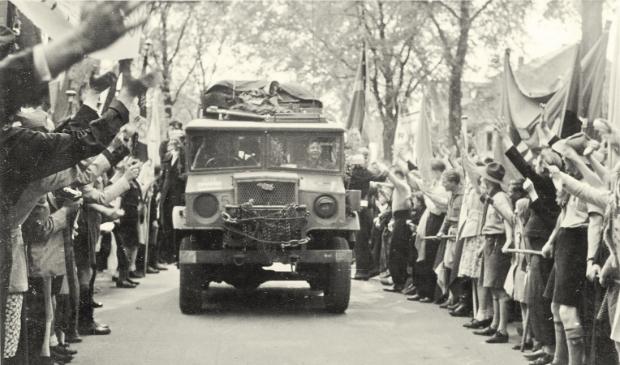 <p>&nbsp;Intocht van de Canadezen op 10 mei 1945 op de Breestraat.</p>