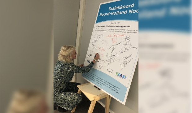 <p><em>Tinka Makaske tekent namens de Vaktaalacademie het Taalakkoord NHN.</em> </p>