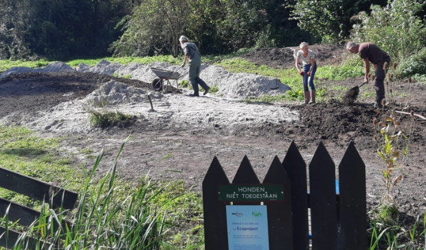 <p>Vrijwilligers storten zand op plek IVN Ecoproject Streekbos.</p>