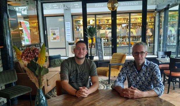 <p>Jos Veldt met links zijn nieuwe chef-kok Bob Lagerweij in de nieuwe huiskamersfeer van de brasserie.</p>